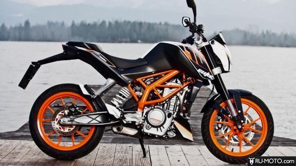 Черный мотоцикл на фоне озера