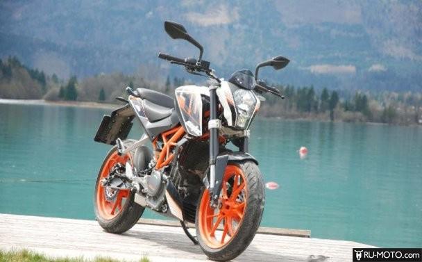 Мотоцикл на берегу водоема