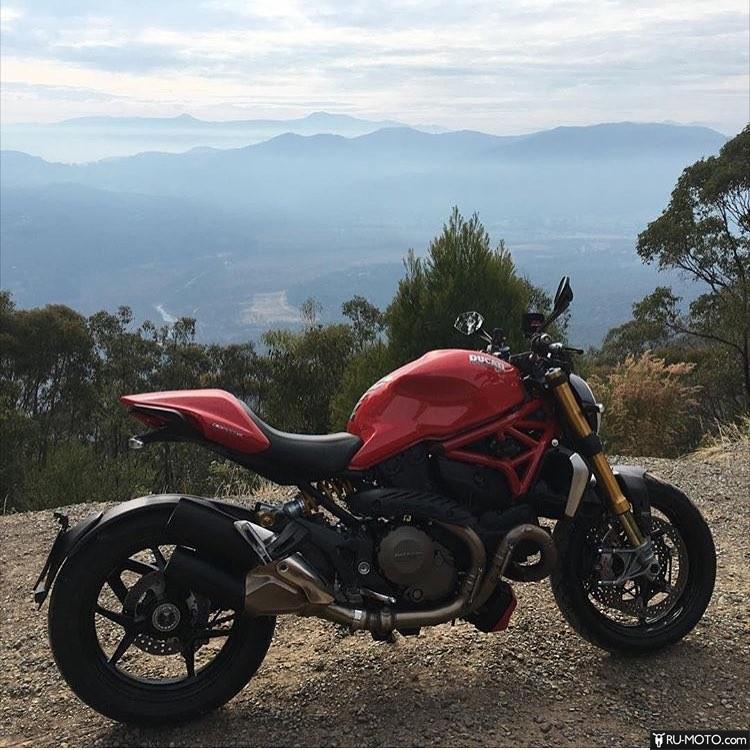 Красный Ducati Monster 696
